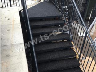 Резиновое покрытие на лестнице