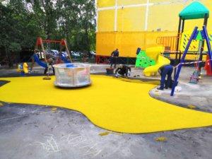 Как выбрать резиновое покрытие для детской площадки в частный дом или для дачи