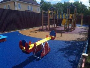 Как выбрать резиновое покрытие для детской площадки частного дома