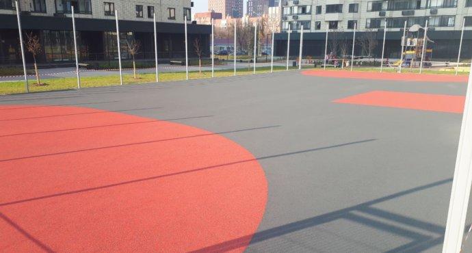 Какое резиновое покрытие лучшее для спортивной площадки и как правильно благоустроить ее с его помощью