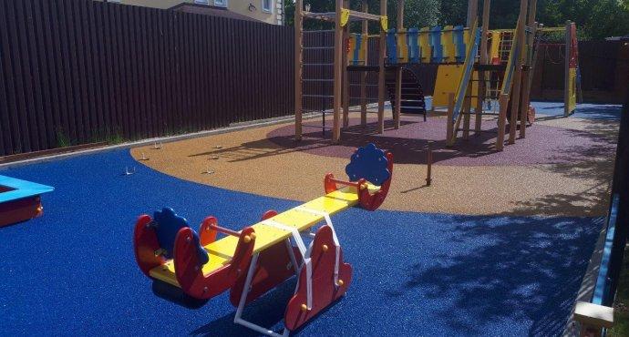 Как выбрать резиновое покрытие для детской площадки